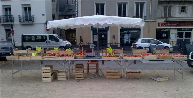 Le Biau Verger AB : vente de pommes bio sur un marché bio, Angers, Maine-et-Loire